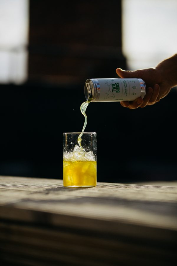 two-birds-iced-mint-and-green-tea-can-pouring